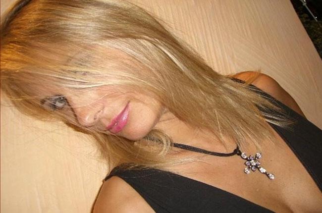 versaute-blondine-wartet-auf-partnern-vor-geilen-webcamchats